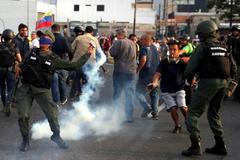 Enfrentamientos con gases lacrimógenos entre militares y opositores este martes en Carcas.