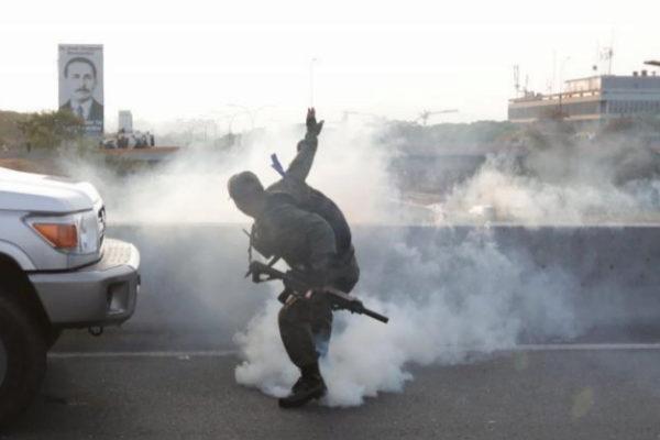 Bombas lacrimógenas tras el levantamiento en Venezuela.