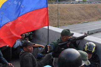 """EEUU insta a los militares a levantarse: """"Deben estar con la Asamblea Nacional"""""""