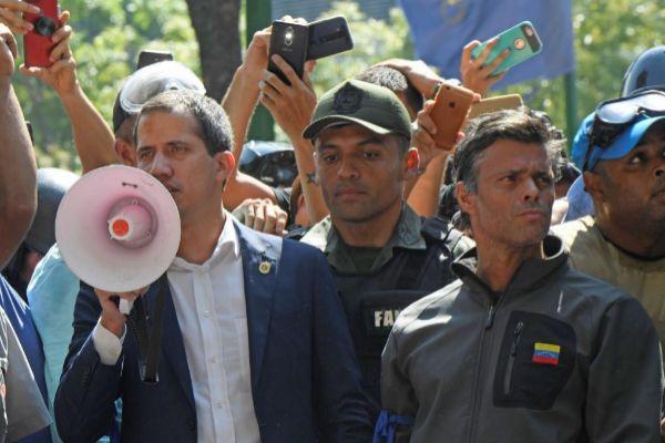 Juan Guaidó (izquierda) y Leopoldo López (derecha) este martes en Caracas.