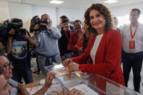 La ministra de Hacienda, María Jesús Montero, ejerce su derecho a voto en las elecciones de pasado domingo.