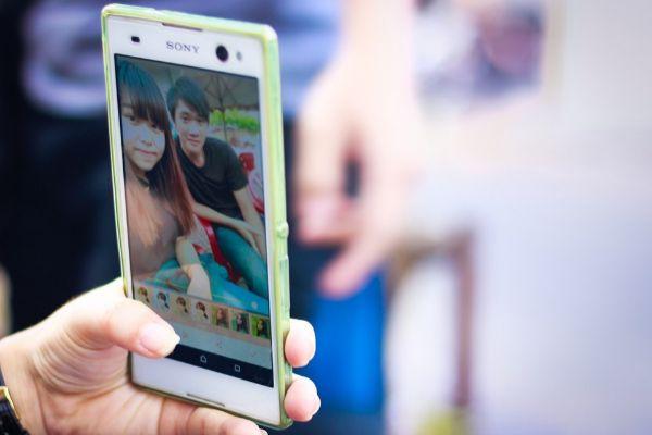 ¿Por qué salgo tan pálido en los selfies con el móvil?
