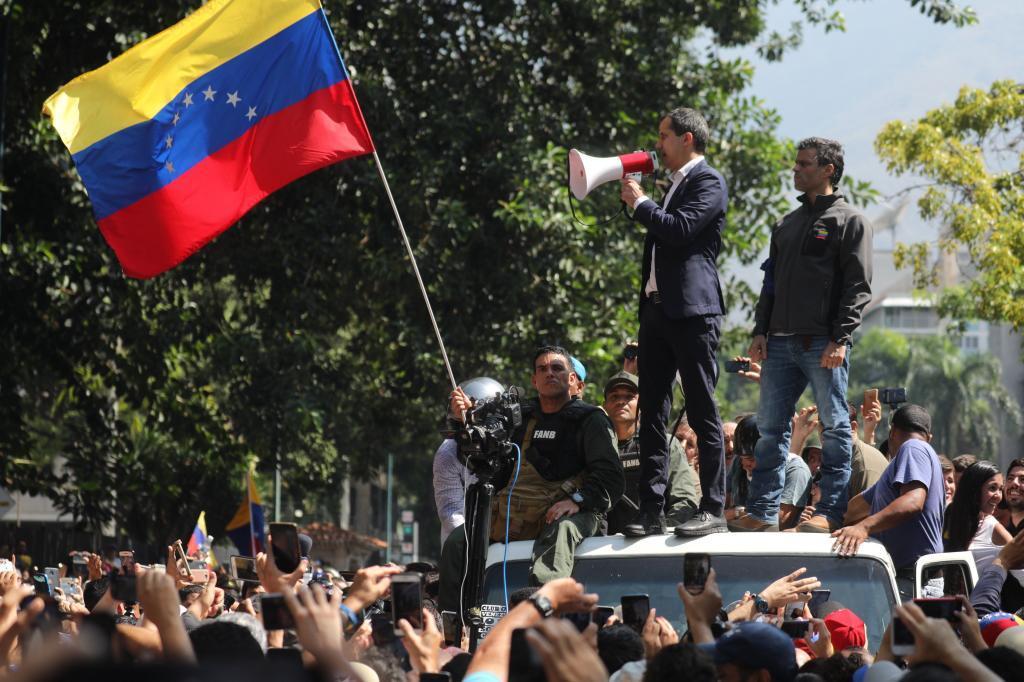 """El ministro de Defensa venezolano, Vladimir Padrino, se ha mostrado dispuesto a """"usar las armas"""" y ha culpado a Guaidó de un posible """"derramamiento de sangre""""."""
