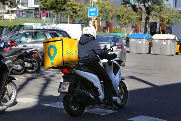 Un repartidor de Glovo en motocicleta, durante un envío.