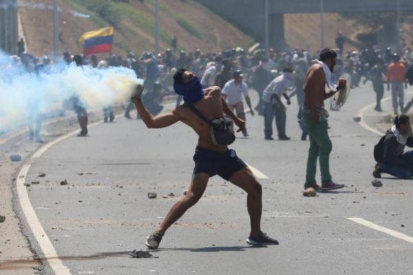 Simpatizantes del presidente de la Asamblea Nacional, Juan Guaidó, se enfrentan en la Policía Nacional Bolivariana durante una manifestación en apoyo a su levantamiento contra el gobierno de Nicolás Maduro este martes, en la Avenida Francisco de Miranda de Caracas (<HIT>Venezuela</HIT>). El jefe del Parlamento venezolano, Juan Guaidó, se levantó junto a un grupo de militares contra el gobierno de Nicolás Maduro.