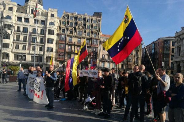 Colectivos y venezolanos a favor de Maduro concentrados en Bilbao.