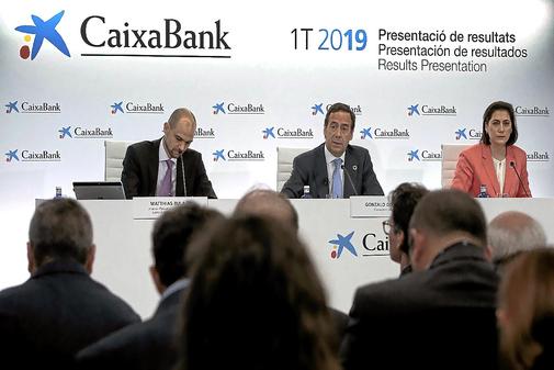 El consejero delegado de Caixabank, en el centro, flanqueado por el directivo Matthias Bulach  y la  directora de Comunicación, Luisa Martínez.