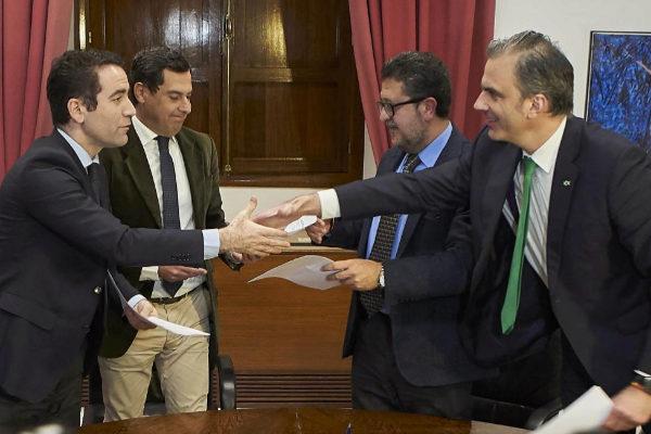 Teodoro García Egea y Javier Ortega Smith firman el pacto de...