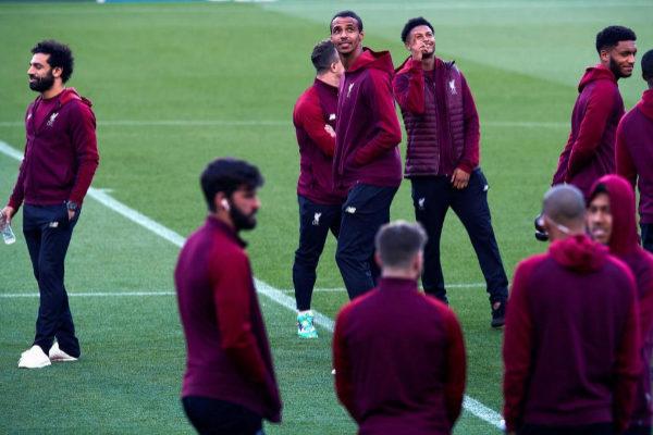 Los jugadores del Liverpool, en el césped del Camp Nou.