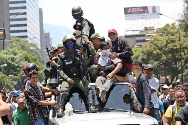 Militares afines a Guaidó durante las protestas de este martes en Caracas.