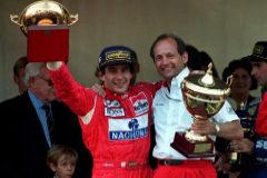 Senna, con Dennis, jefe de McLaren, tras la victoria en Mónaco en 1993.