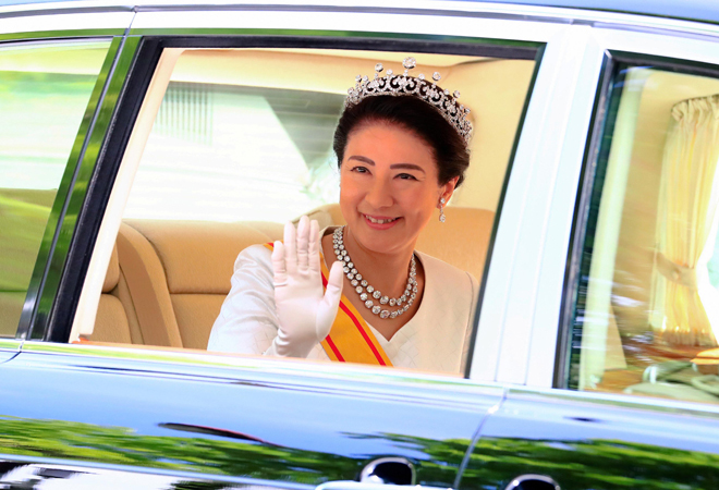 La emperatriz Masako saluda tras la ceremonia del 'Sokui-go-Choken-no-Gi', en la que Naruhito recibe a representantes del pueblo.