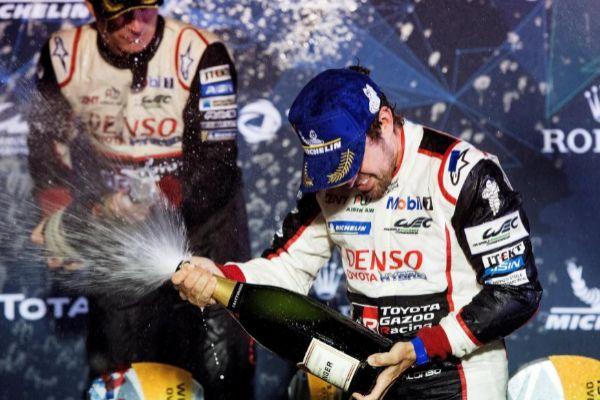 Alonso celebra el triunfo en las 1.000 Millas de Sebring.