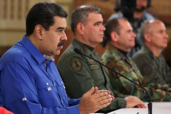 Nicolás Maduro, se dirige a la nación en un mensaje televisado junto a miembros del ejército.