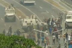 Un blindado del Ejército chavista atropella a varios manifestantes