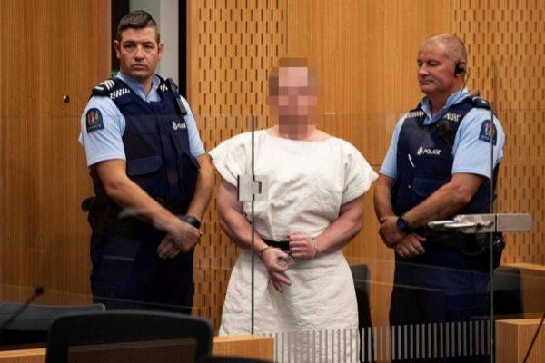 El autor del atentado de Christchurch, haciendo con la mano un gesto...