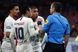 Saint-denis (France).- French referee Rudy Buquet (R) speaks with Paris Saint Germain's Kylian <HIT>Mbappe</HIT> (C) after receiving a red card and sent off during the Coupe de France soccer final match between Stade Rennais and Paris Saint Germain (PSG), in Saint-Denis near Paris, France, 27 April 2019. (Francia) EPA/