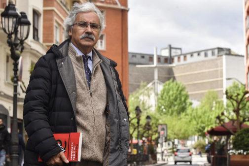El periodista Pedro Ontoso con su libro 'Con la Biblia y la...