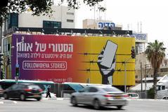 Un gran cartel anuncia en Tel Aviv la cuenta de Instagram 'eva.stories'.