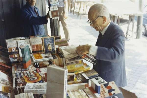 El escritor Max Aub en la Cuesta de Moyano en 1972.