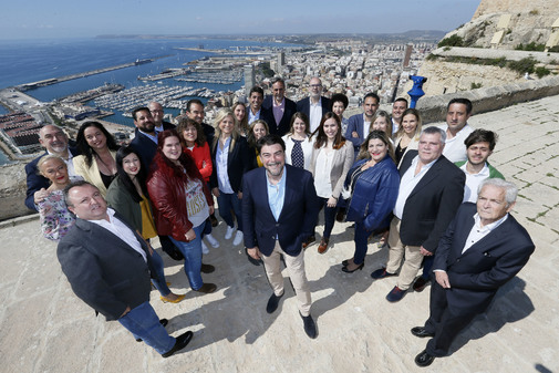 Foto de famiia de la candidatura del PP de Alicante, este miércoles en el Castillo de Santa Bárbara.