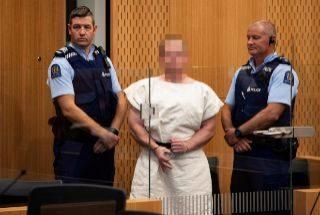 El autor del atentado de Christchurch, haciendo con la mano un gesto supremacista..