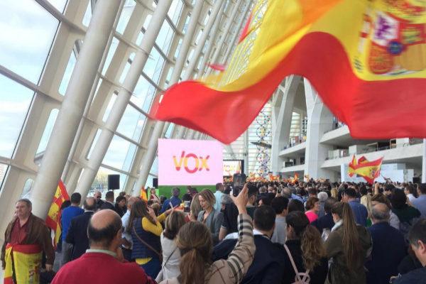 Votantes de Vox, durante el mitin que ofreció la formación de Santiago Abascal en Valencia.
