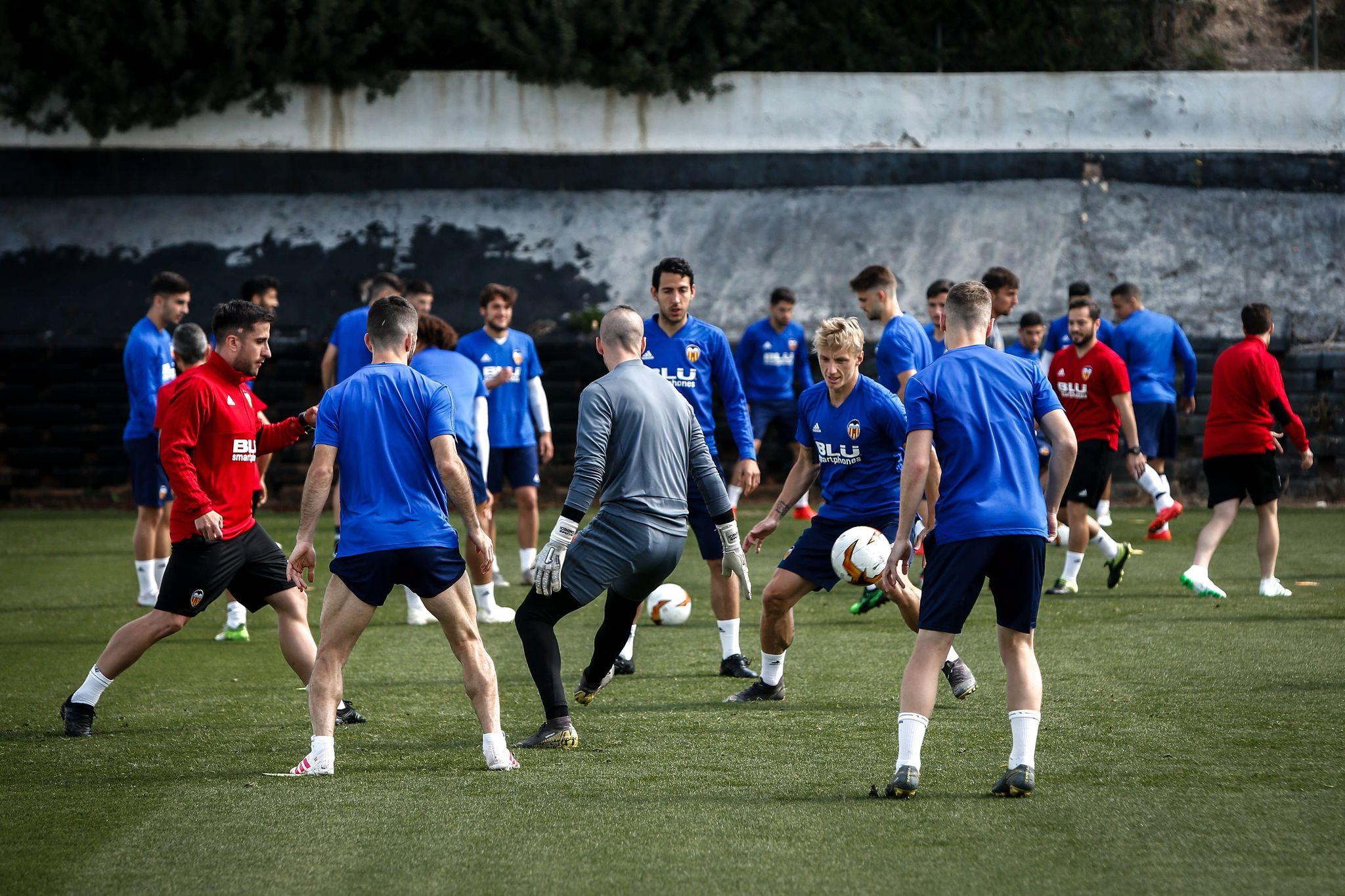 Los jugadores del Valencia, en el entrenamiento previo antes de medirse al Arsenal.