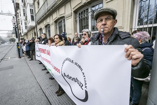 Profesores prejubilados agrupados en Adostuz durante una de sus concentraciones ante el Parlamento Vasco.