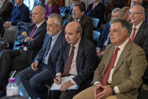 En primera fila, Chaves, Griñán, Zarrías y Viera, durante el juicio de los ERE.
