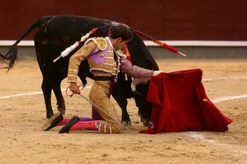 Fernando Plaza aguantó estoico dos parones de rodillas