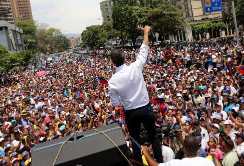 Juan Guaidó, ante miles de personas, este miércoles, en Caracas.
