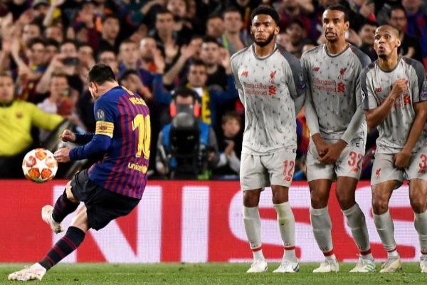Leo Messi golpea al balón en su gol de falta directa.