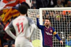 Leo Messi celebra uno de sus dos goles, ante la mirada de Salah.