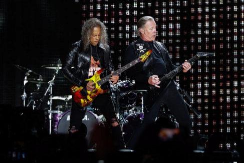 EPA4526. LISBOA (PORTUGAL), 01/05/2019.- Los integrantes de la banda estadounidense de heavy metal <HIT>Metallica</HIT>, el vocalista James Hetfield (d) y el guitarrista Kirk Hammett (i), actúan este miércoles durante un concierto en el estadio Restelo de la ciudad de Lisboa (Portugal).