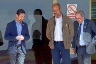 Los consellers Damià Calvet y Miquel Buch junto al president Quim Torra en su visita ayer a Soto delReal. JAVIER BARBANCHO