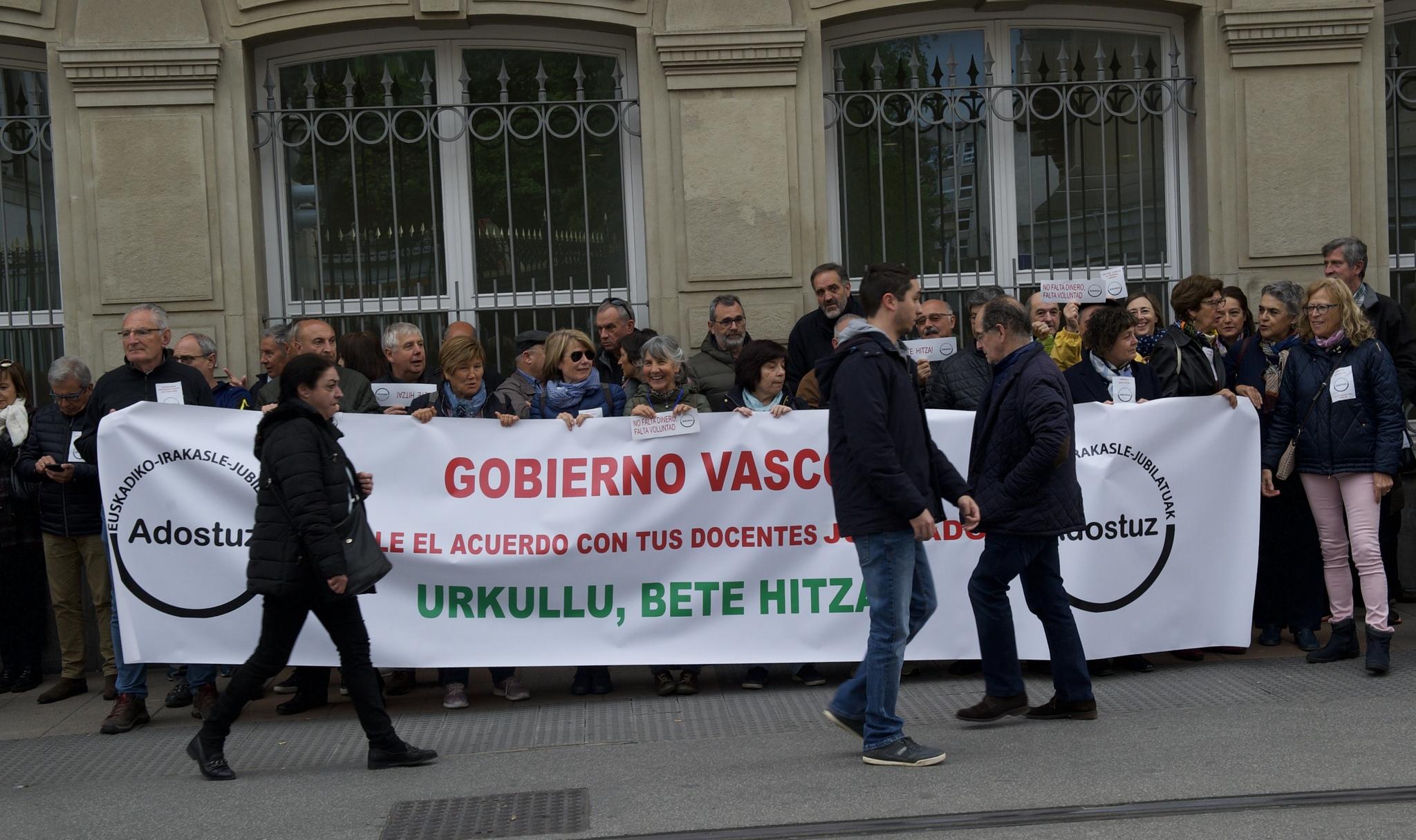 Manifestación de los profesores ante el Parlamento Vasco.