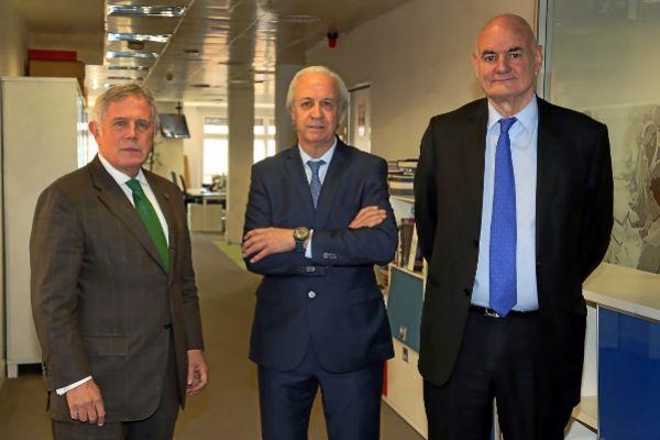 Los candidatos Enric Crous, Carles Tusquets y Ramon Masià en las oficinas de Unidad Editorial para participar en un debate organizado por 'Expansión'. ELENA RAMÓN