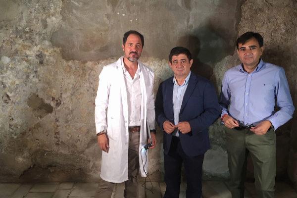 El presidente de la Diputación Francisco Reyes en compañía de los técnicos.