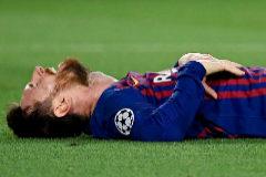 Messi toma aire en el césped del Camp Nou.
