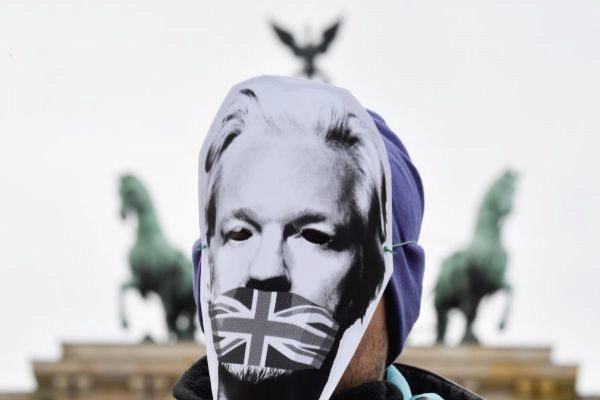 Un simpatizante de Assange porta una máscara con el rostro del fundador de WikiLeaks en Berlín.