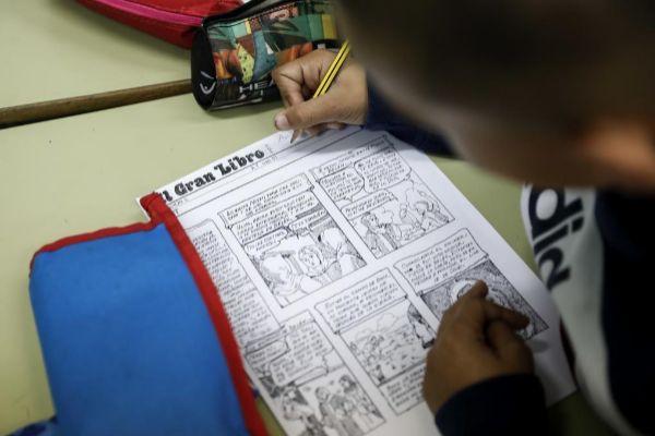 Niño realiza sus tareas escolares