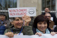 Profesores concentrados ante el Parlamento Vasco.