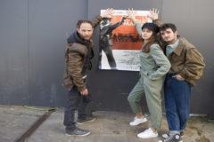 Mikel Iglesias, Amaya Aberasturi y Mikel Iglesias opsan con el cartel de la pelíçula.