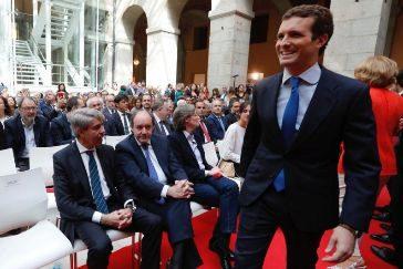 Evita saludar a Garrido tras la fuga del ex presidente regional a Cs