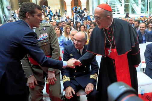 Pablo Casado saluda al arzobispo de Madrid Carlos Osoro