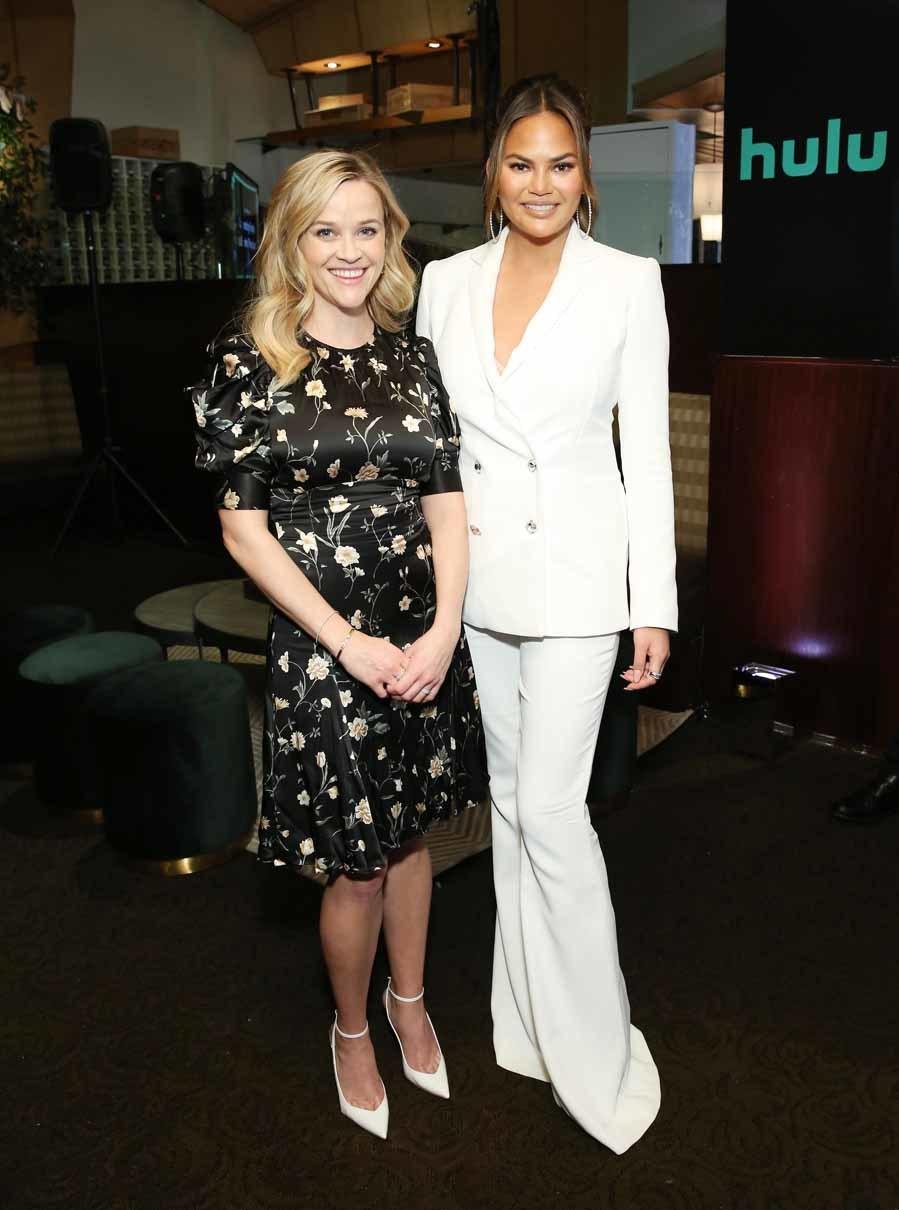 d8e86b9e1 Reese Whiterspoon y Chrissy Teigen - Gala de la plataforma Hulu ...
