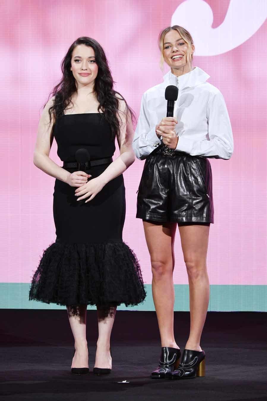 f9b8ddcf4 Kat Dennings y Margot Robbie - Gala de la plataforma Hulu   Moda ...