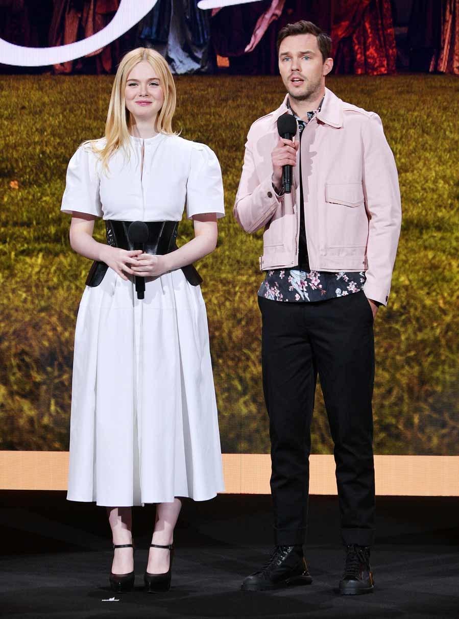 3081d1740 Elle Fanning y Nicholas Hoult - Gala de la plataforma Hulu   Moda ...