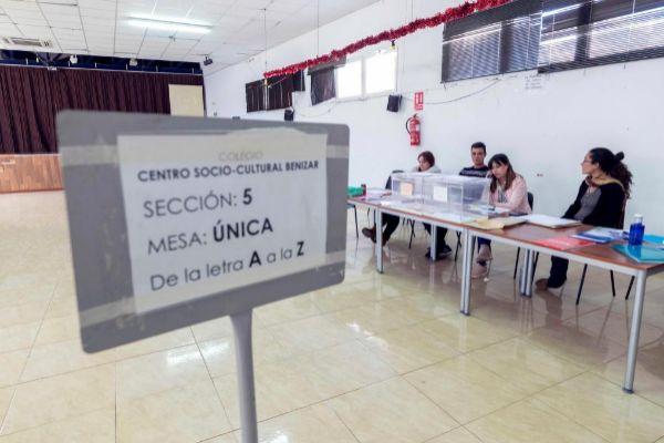 Un colegio electoral en Moratalla (Murcia) con las urnas vacías.
